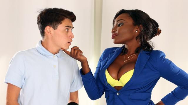 Жирная женщина отдается в растянутую вульву