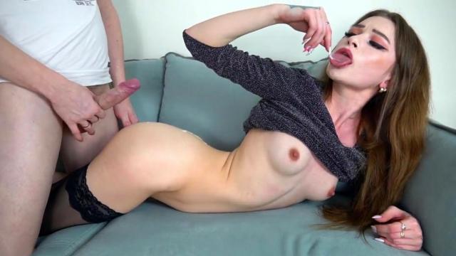 Пожилой муж смотрит как его молодую жену трахает страстный чувак